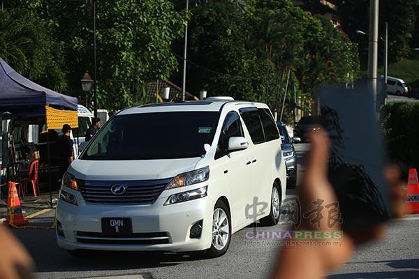納吉搭乘白色Vellfire豐田休旅車,前往反貪會。