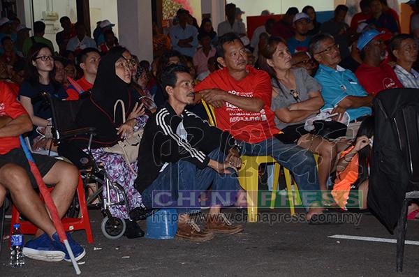 坐著輪椅或自備小凳子的民眾,到講座會現場給演講者支持。