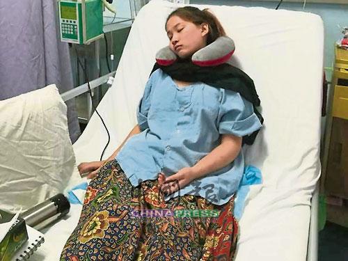蔡宣萍必須把病床調成垂直,靠著枕頭,坐在病床上,才可以呼吸。