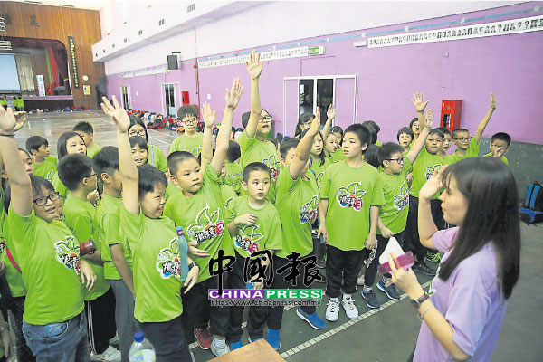 沒有最好玩,只有更好玩!參與學生努力破解數學題,挑戰由營長何珈萱(右)親自把關的遊戲站。