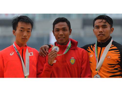 祖菲卡(右)在亞青田徑賽勇奪100公尺銅牌。