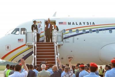 馬哈迪(右2)啟程到日本。(圖自CHEDET)