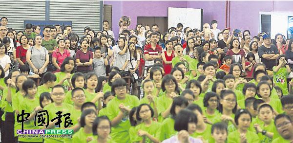 接孩子回家前,大批家長在禮堂后方一同參與寫作康樂營的閉幕儀式,一起見證孩子的學習與成長。