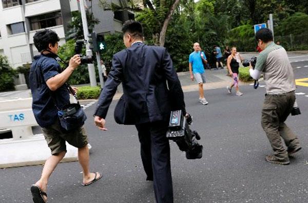 朝鮮攝影記者被其他國家的記者追訪拍攝。(路透社)