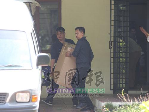 來自武吉阿曼的反洗黑錢及反恐融資特工隊警員,在前首相拿督斯里納吉住家搜查2個小時後,將其中一箱證物抬上客貨車。
