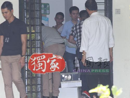 警方在屋裡仔細搜證,準備將蒐集到的證物,包括名牌包包都搬回警察總部進行調查。