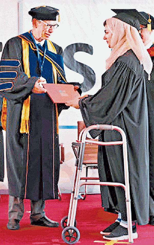 """穆薩扎伊上月以助行架上台領畢業證書的照片廣傳,網民形容她是""""阿富汗馬拉拉""""。"""