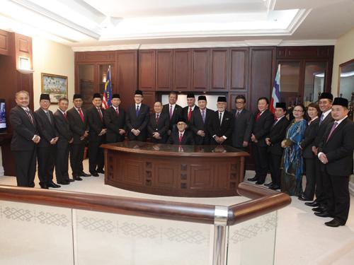 19名州議員與州議長賽阿巴斯(坐)在宣誓之後合攝。