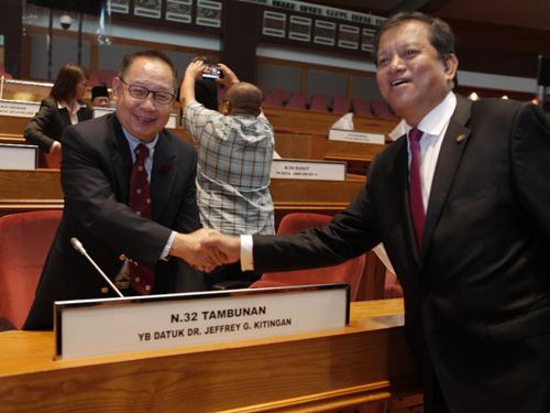 雖然週二沒舉行州議會,但是拿督傑菲裡(左)在宣誓後進入州議會會議廳找尋自己的位子,並接受九路區州議員拿督佐尼斯頓的祝賀。