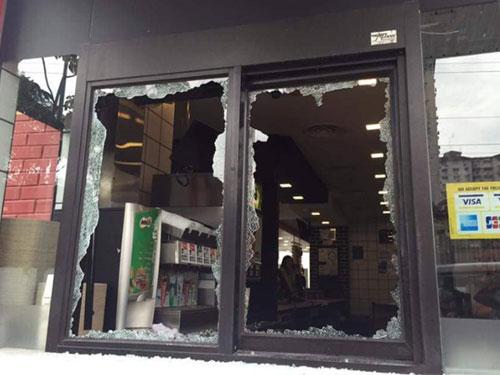 """""""得來速""""處的櫃檯窗口被一名麥當勞前員工砸破,所幸沒有造成任何人命傷亡。"""