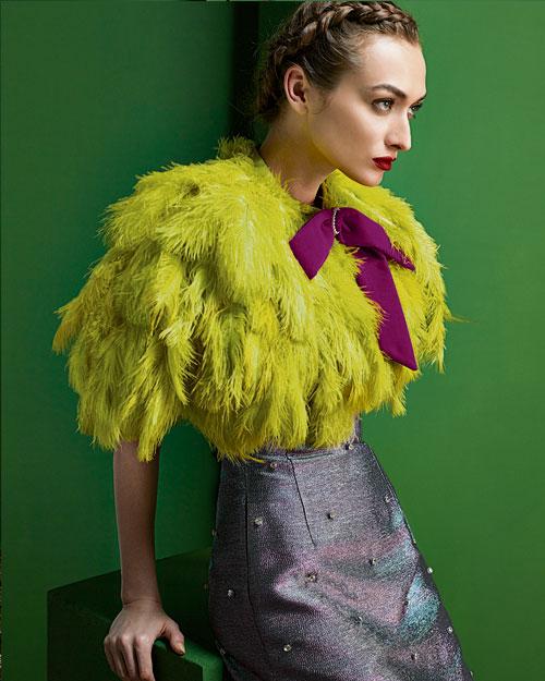 濃密的羽毛小外套,是百搭的華麗氣質。