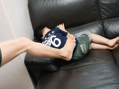 被告用衣架虐打9歲兒,還對兒子拳打腳踢。(檔案示範照)