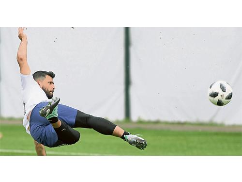 阿奎羅在訓練中展示了良好的狀態,他將是阿根廷賴以取分的前鋒之一。(法新社)