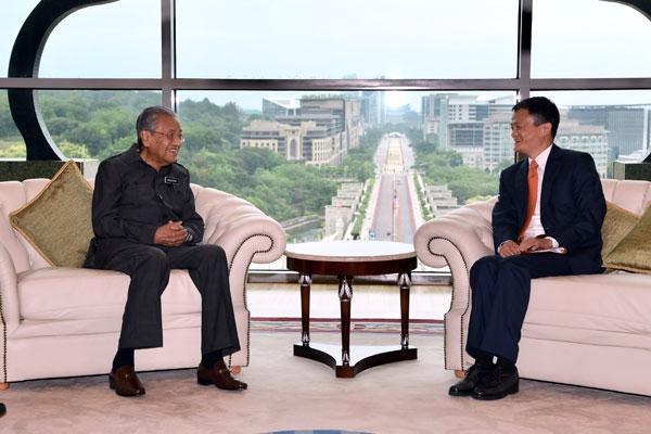 馬哈迪(左)在首相辦公廳接見馬雲。