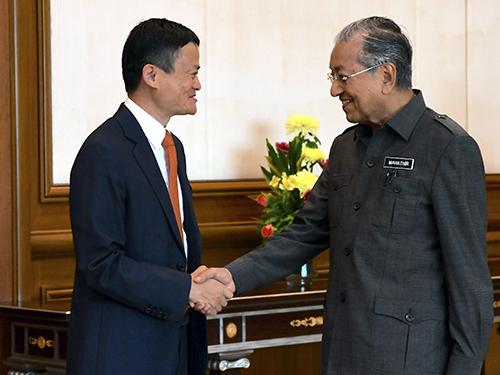 馬雲(左)在抵達時,與馬哈迪握手,象徵雙方關係更進一步。
