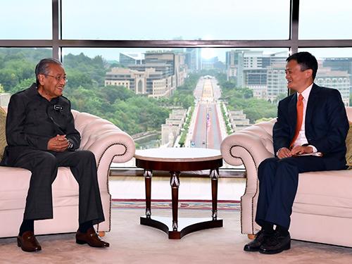 馬哈迪(左)週一在首相辦公廳接見馬雲。