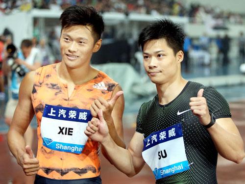 謝震業(左)在男子100公尺跑出9秒97紀錄,成為隊友蘇炳添之後另一個跑進10秒的中國男將。(新華社)