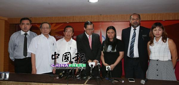 趙麗蘭(右3)在記者會上,仍難掩失去至親的憂傷。左起是陸兆福、陳國偉、林吉祥、林冠英;右起是張念群與哥賓星。