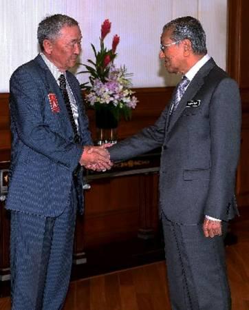 马哈迪(右)与沙里布握手。(马新社)