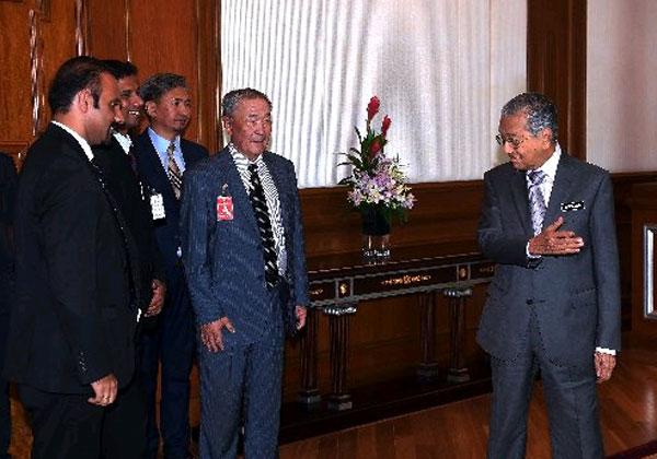 馬哈迪(右起)在首相辦公廳接見沙里布等人。左為藍卡巴星。(馬新社)