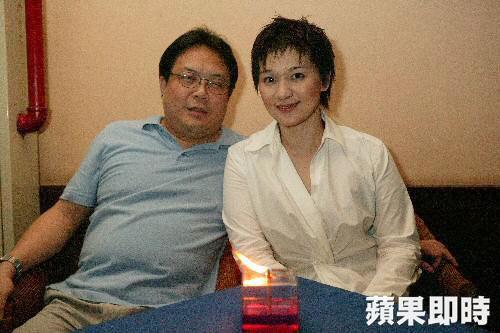 柯以敏(右)早年與黃國輔接受《蘋果》專訪。(圖:台灣《蘋果日報》)