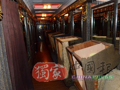 沙發被放置在走廊各處,以待工作人員運走。