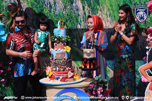 柔佛王儲東姑依斯邁(左起)抱著小公主東姑卡宋阿米娜蘇菲雅,和柔佛蘇丹后拉惹查麗蘇菲雅及王儲妃卡麗達布斯達曼,一起為小公主唱生日歌。
