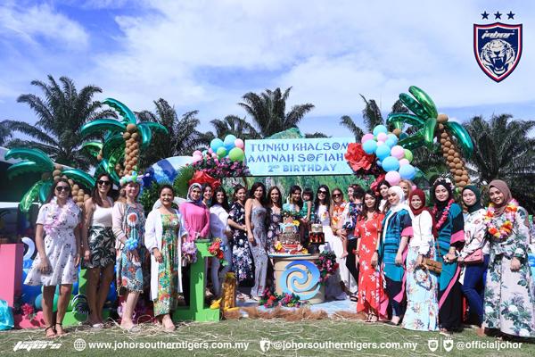 來賓們身穿夏威夷風情的服裝,出席柔佛小公主東姑卡宋阿米娜蘇菲雅2歲生日派對。