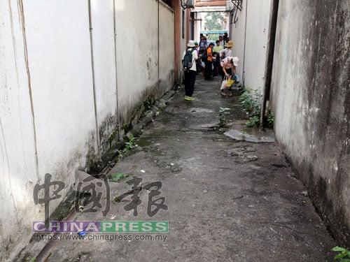 """遊客們還特地走入小巷,原本垃圾處處的小巷經過他們""""一走"""",便頓時變整潔了。"""