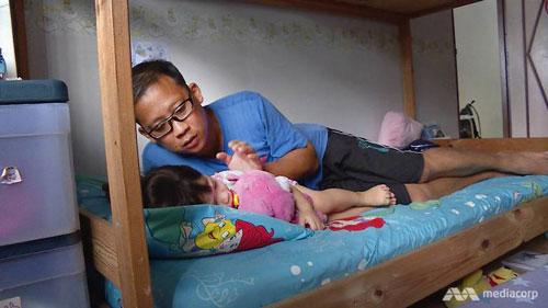 大衛陪他最小的孩子睡覺。