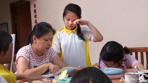埃絲特指導孩子做功課。