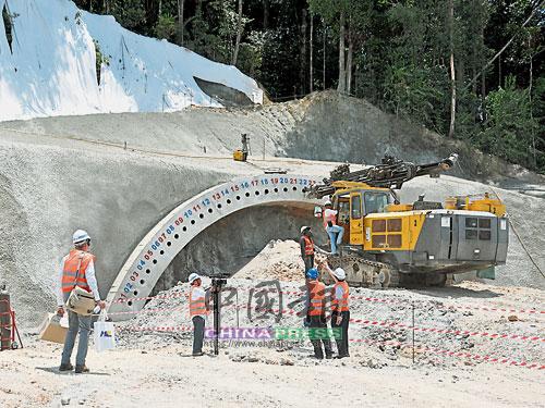 截至6月,東鐵已進行約14%的工程。這是在文冬的一個隧道,工程師探討用盾爆技術來興建隧道。