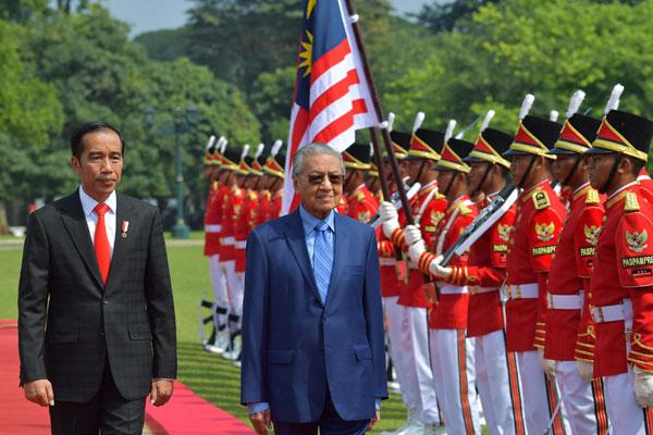 馬哈迪(中)也在(左)佐科威陪同下檢閱儀仗隊,感受印尼對他的熱烈歡迎。
