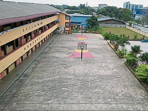 培英華小籃球員需在陳舊的籃球場上進行培訓。