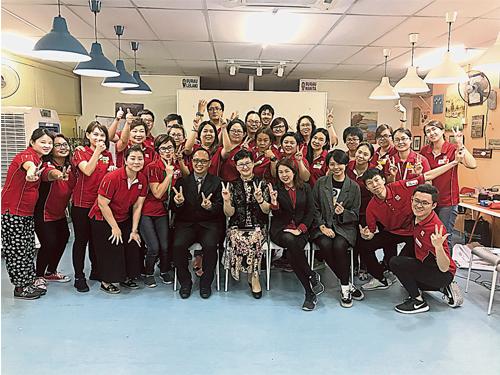 除了帶員工去唱歌跳舞,曲鍰也安排課程培訓員工。