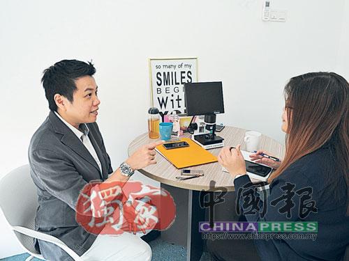 王羿寁(左起)接受中國報普通組記者葉麗儀的專訪。