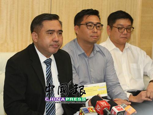 交通部長陸兆福(左)提醒駕車人士勿濫用緊急車道。  (檔案照)
