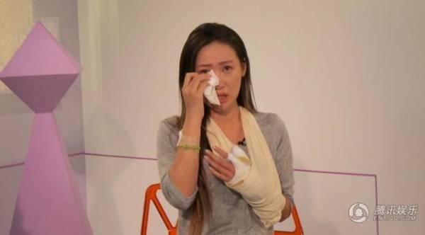 伍淑怡2015年割脈獲救後接受訪問時崩潰落淚。