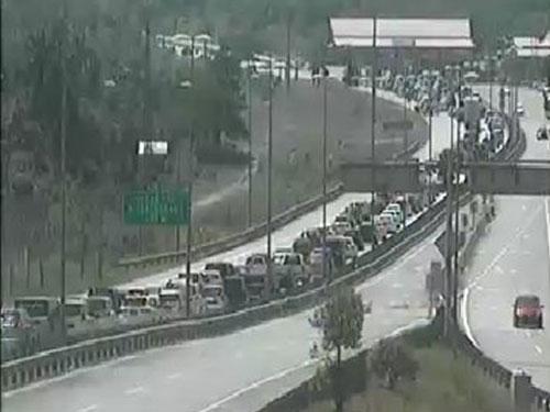 第二東海岸大道靠近瓜登的交通情況。(圖自大道局推特)