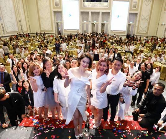 在The St.Regis Kuala Lumpur舉辦的千人下午茶,大家都非常興奮地與與女神徐若瑄一起合照留念,場面熱鬧非凡,還可以獲得保養肌膚的秘訣,棒!