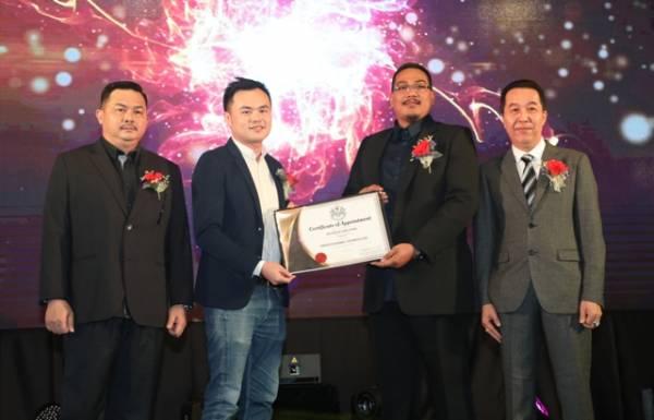何志宏(左2起)受委成為國家區塊鏈局委員,獲邵飛移交受委證書;左為顏子雄和林順安(右)。