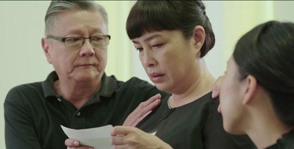 在葬禮上,在健華的托付下,友人給健華的父母送上一份人生最圓滿的禮物。