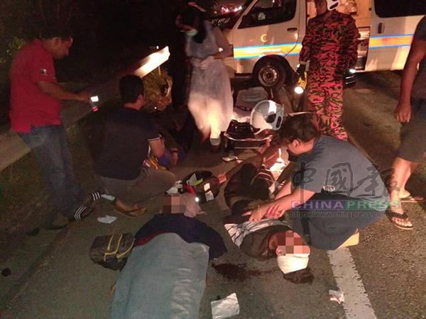 消拯員及醫護員正在車禍現場,拯救2名傷者。