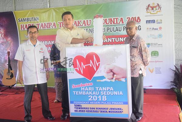 萬曼蘇(左起)、阿菲夫和T.德瓦拉惹,為「2018年世界無煙日」主持開幕。