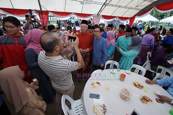 難得見到納吉,民政領袖陳志豪與納吉合照。