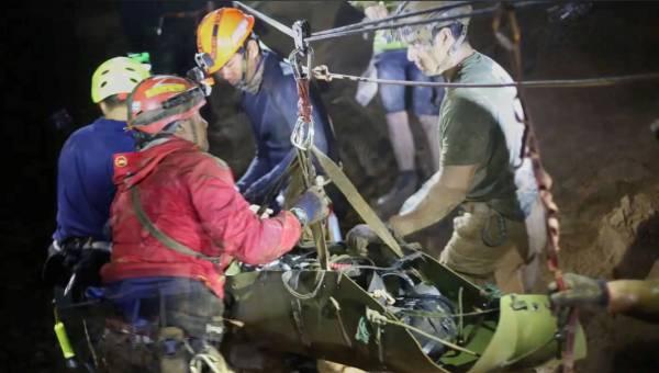 救援人員用擔架把少年抬出洞穴的畫面。(路透社)