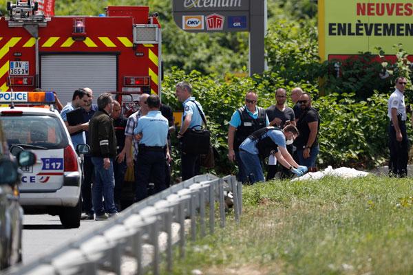 大批警員在直升機棄置地點進行偵查。(法新社)