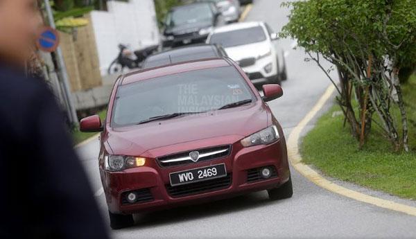 """據稱納吉是坐上這輛紅色汽車,前往反貪會。(翻攝""""透視大馬"""")"""