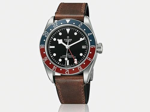 "Black Bay GMT採用中央第四枚紅色指針指示兩地時間,同時面盤六點方向的""GMT字樣""則是點出新款的主要特色。"