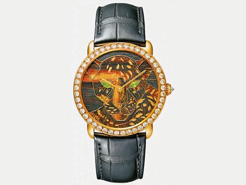美洲豹圖騰須歷經5天工序,才得以完整湧現於錶盤上。綠色橄欖石點綴豹眼。